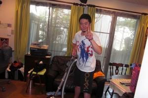 mom wanted to take a photo of Jun vacuuming, but she failed.